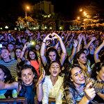 Зрители знали все песни румынской группы, пританцовывали и подпевали музыкантам.
