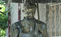 """В Цхинвале запустили фонтан """"Влюбленные под зонтом"""""""