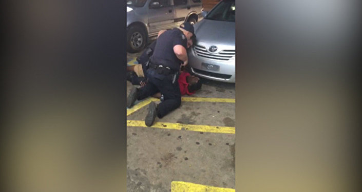 Двое полицейских застрелили темнокожего мужчину в Луизиане. Съемка очевидца