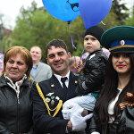 Семья российских пограничников наблюдает за парадом