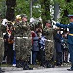 Оркестр российской военной базы, дислоцированной в РЮО обеспечивает музыкальное сопровождение парада