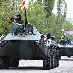 Колесная военная техника проходит по площади Цхинвала