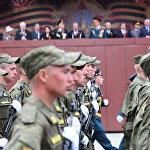 В параде  по сложившейся с 2010 года традиции участвуют российские пограничники и военнослужащие российской базы