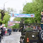 Министр обороны Валерий Яхновец приветствует военнослужащих