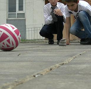 Sputnik поиграл с  детьми в пять камней