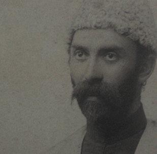 Актер Сослан Бибилов читает стихотворение Коста Хетагурова