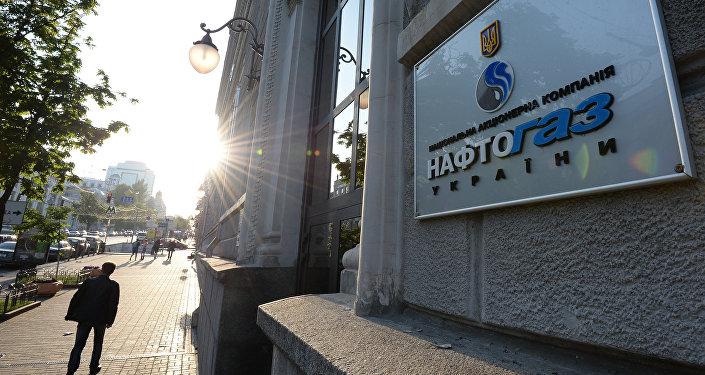 Вывеска НАК Нафтогаз Украины на административном здании в Киеве