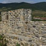 Отреставрированная стена средневековой крепости на окраине Цхинвала