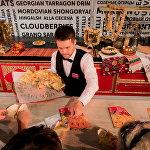 Посетители выставки пробовали пироги с сыром, зеленью и мясом.