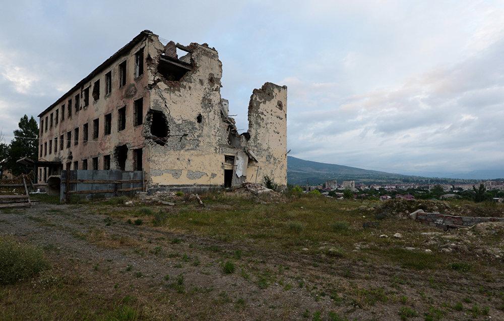 Вид на разрушенную базу российских миротворцев в Цхинвале.