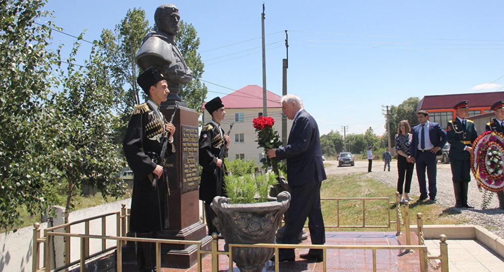 Возложение цветов к памятнику Д.Ветчинова