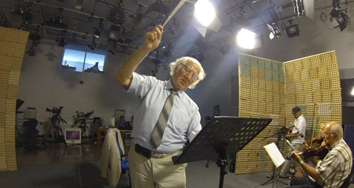 Булат Газданов дирижирует оркестром народных инструментов