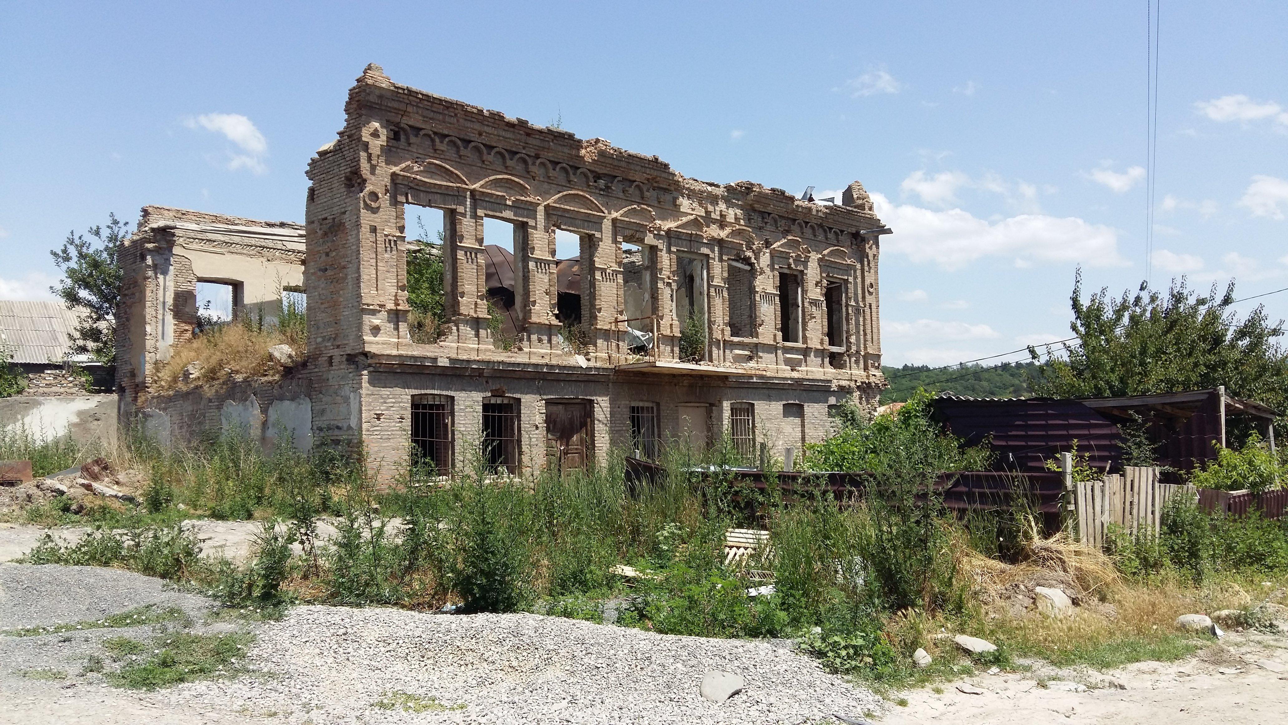 Разрушенное здание в Цхинвале