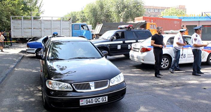 Вооруженные люди захватили здание полиции в Ереване. Съемка с места ЧП