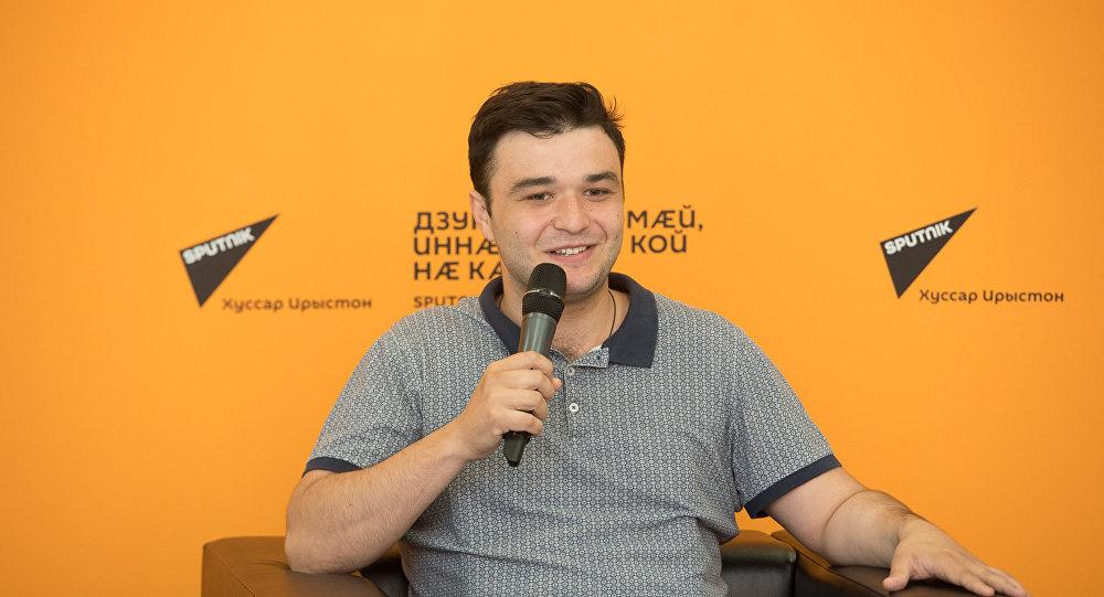Скрипач Григорий Тадтаев в пресс-центре Sputnik.