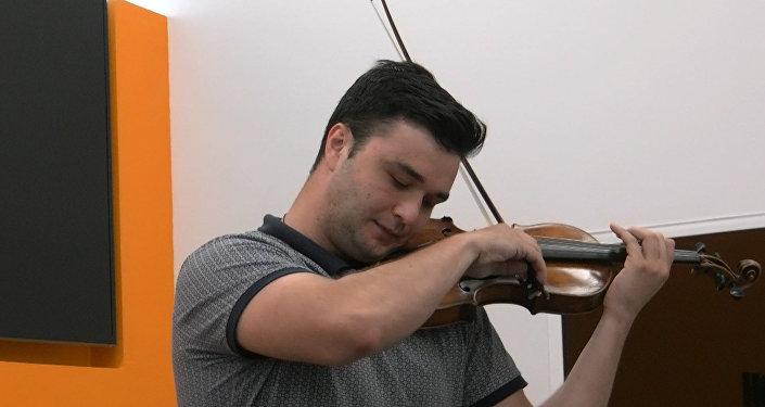 Скрипач Григорий Тадтаев рассказал о творчестве и дал мини концерт в хабе Sputnik