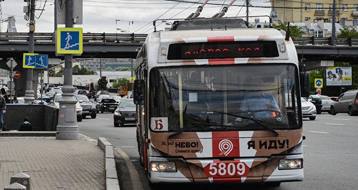 Женщина, которую шофёр автобуса протащил сзажатой дверью ногой, скончалась в клинике