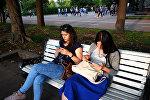Жители отдыхают в Парке Горького в Москве
