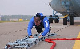 Рекорд белорусского силача: стронгмен на 20 метров протащил вертолет Ми-26