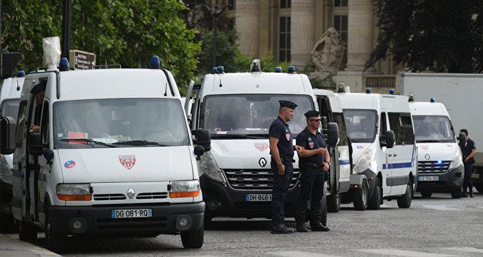 Полицейские на улице Парижа