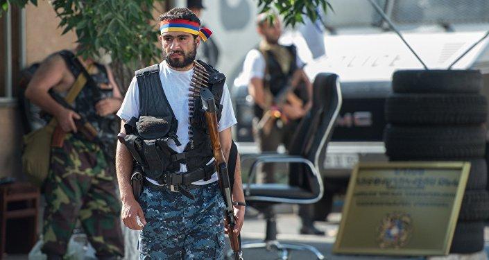 Член группы Сасна црер на территории захваченного полка ППС