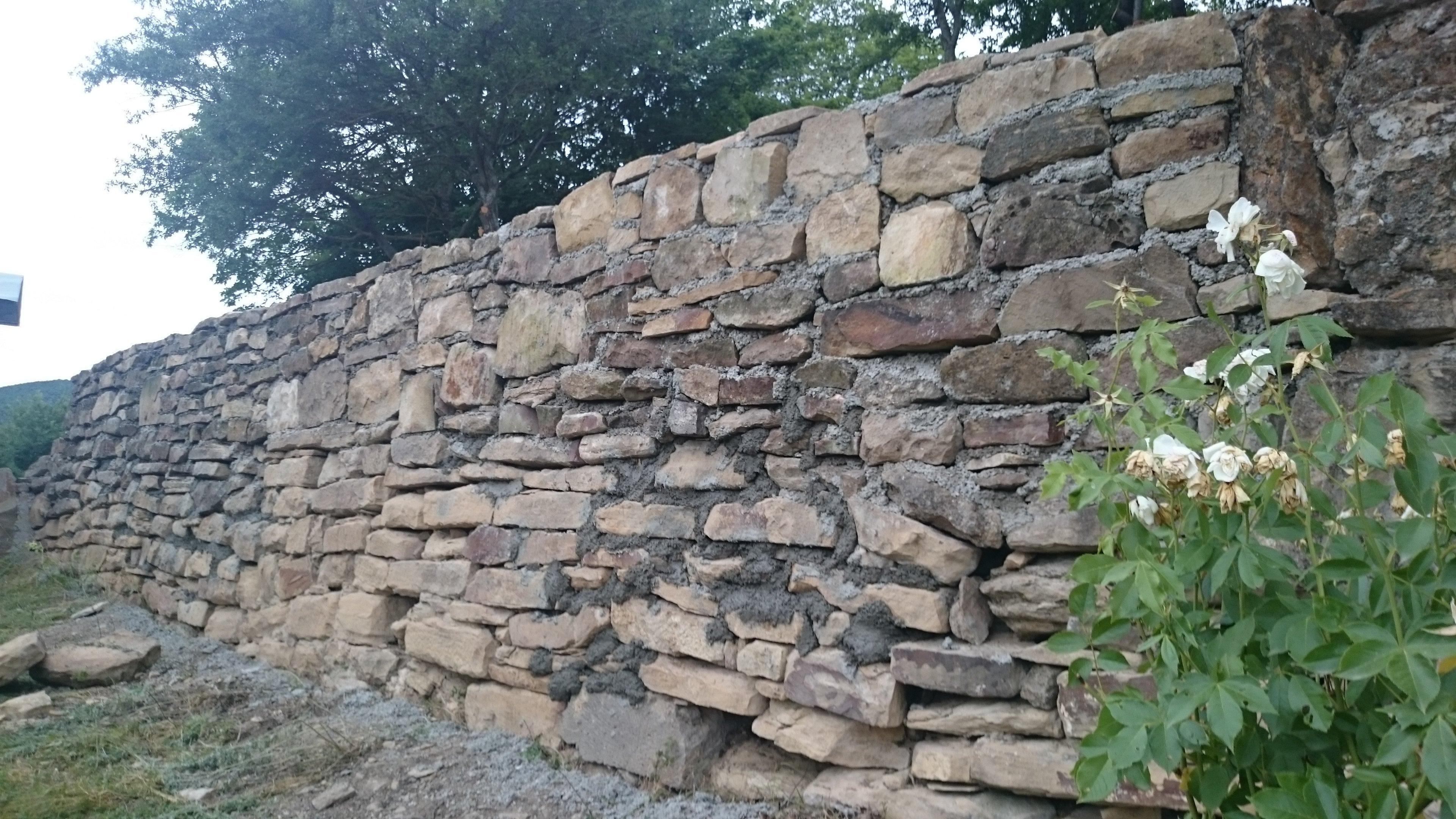 Рабочие построили стену вокруг Тирского монастыря