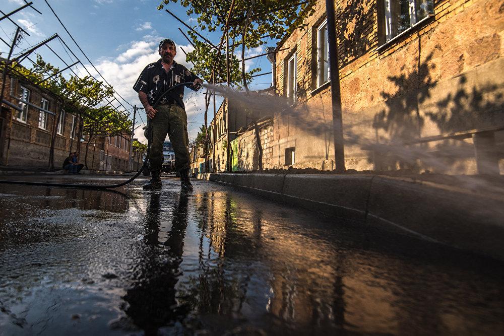 Перед покрытием улиц вторым слоем асфальта первый слой тщательно моют.