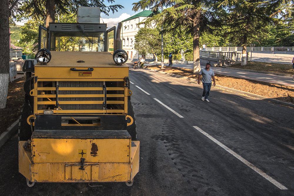 Часть улицы Хетагурова покрыта асфальтом в два слоя, уже сделано дорожное полотно от улиц Сталина до Туганова.