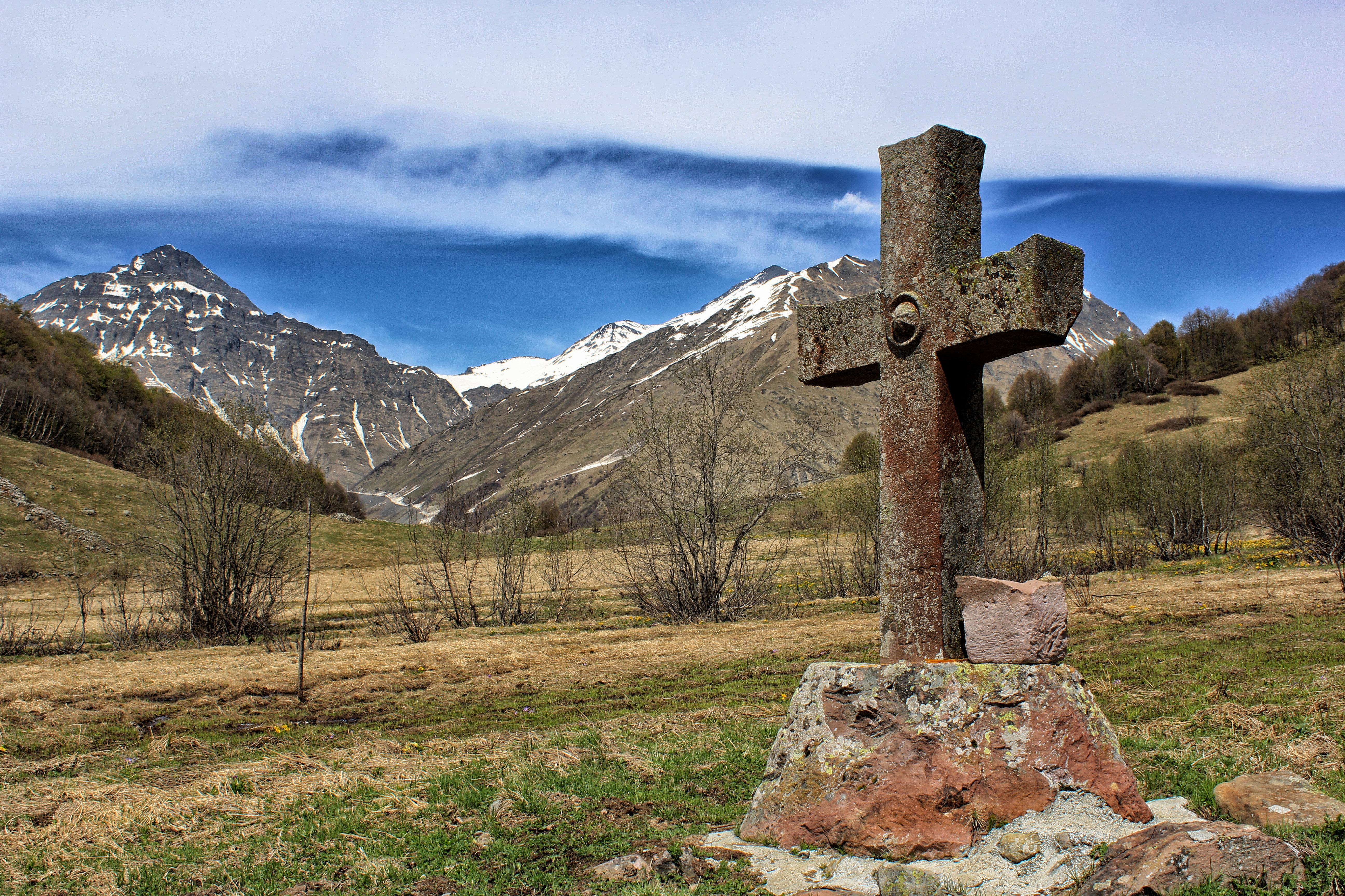 Каменный крест в Морах