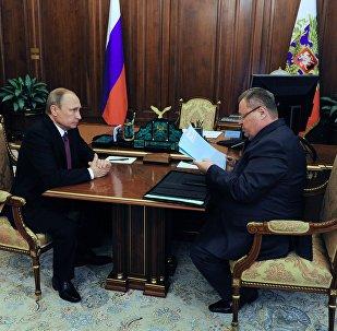 Президент России Владимир Путин и полпред президента в ЮФО Владимир Устинов