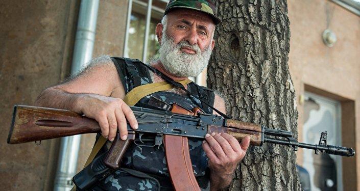Член группы Сасна црер на территории захваченного полка патрульно постовой службы полиции района Эребуни в Ереване.