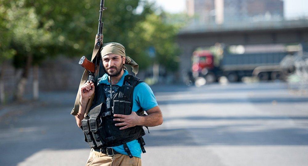 Член группы Сасна црер на территории захваченного полка ППС в Ереване