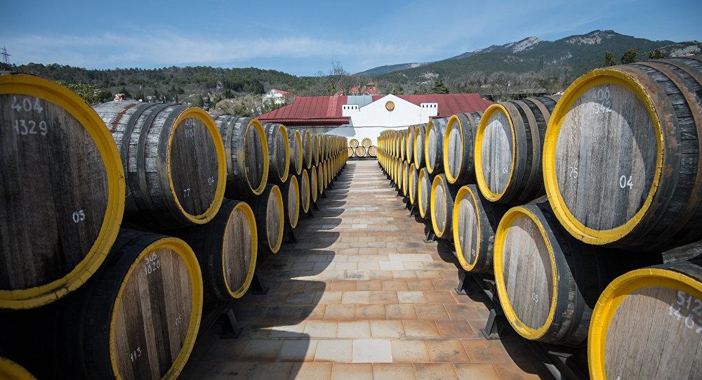 Ряды дубовых бочек для вызревания вина