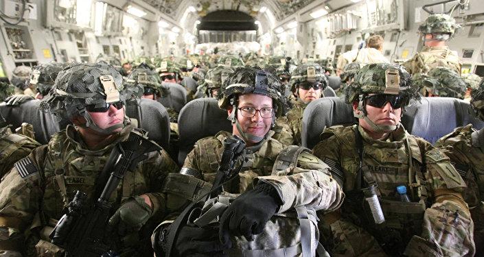 Американские военнослужащие в транспортном самолете перед отправкой в Афганистан