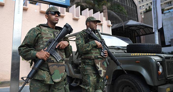 Военнослужащие у дома болельщиков олимпийской сборной России в Рио-де-Жанейро