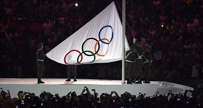 Поднятие Олимпийского флага на церемонии открытия XXXI летних Олимпийских игр в Рио-де-Жанейро