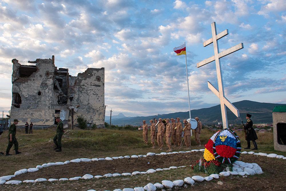 ВЮжной Осетии возложили цветы к монументам павшим летом 2008г