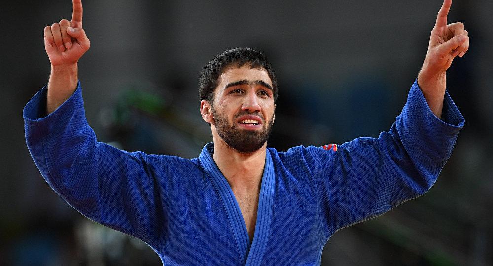 Хасан Халмурзаев радуется победе в финальном поединке с Трэвисом Стивенсом