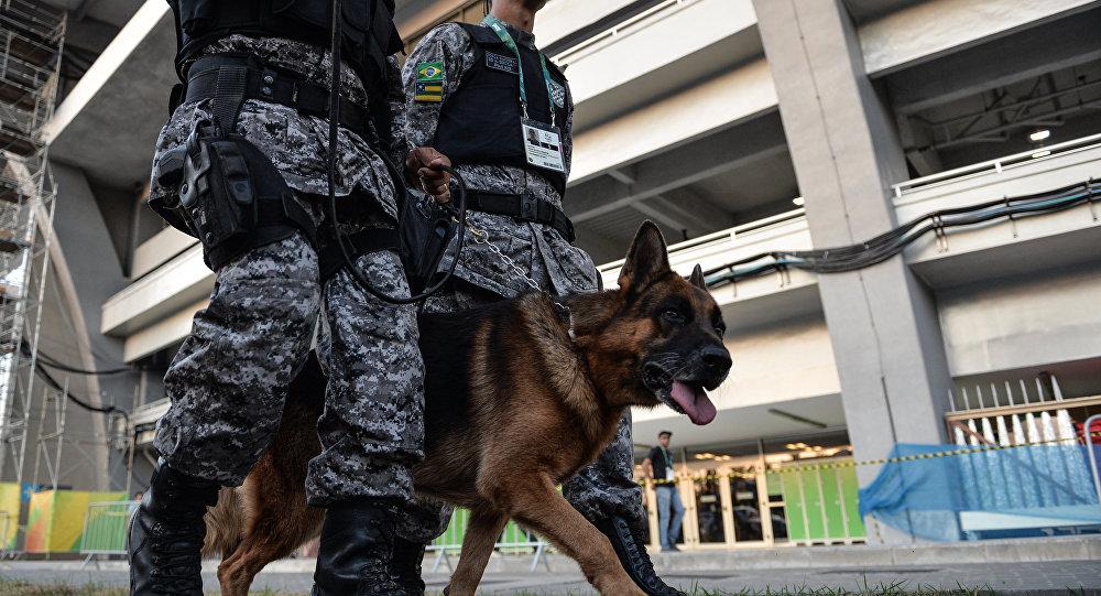 Сотрудники полиции у стадиона Маракана в Рио-де-Жанейро