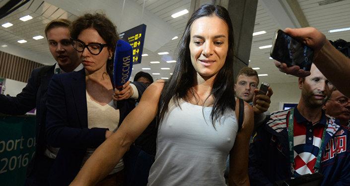 Двукратная олимпийская чемпионка Е. Исинбаева прилетела в Рио-де-Жанейро