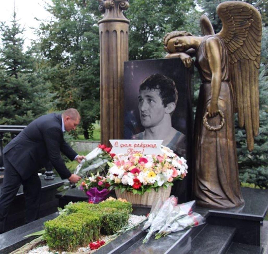 памятник бесику кудухову фото