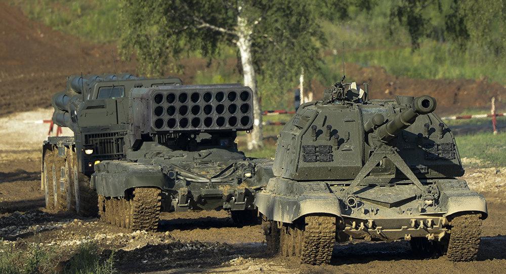 Самоходная артиллерийская установка Мста-С (справа), тяжелая огнеметная система залпового огня ТОС-1А Солнцепек.