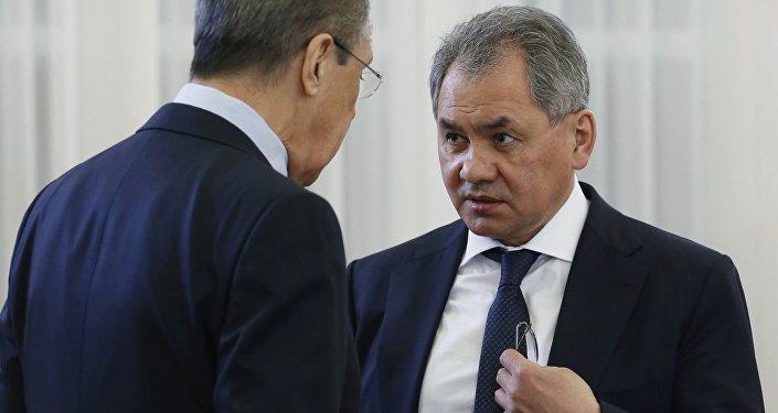 Министр обороны РФ Сергей Шойгу (справа) и министр иностранных дел РФ Сергей Лавров
