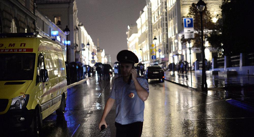 Угрожающий подорвать московский банк мужчина взял четырех заложников