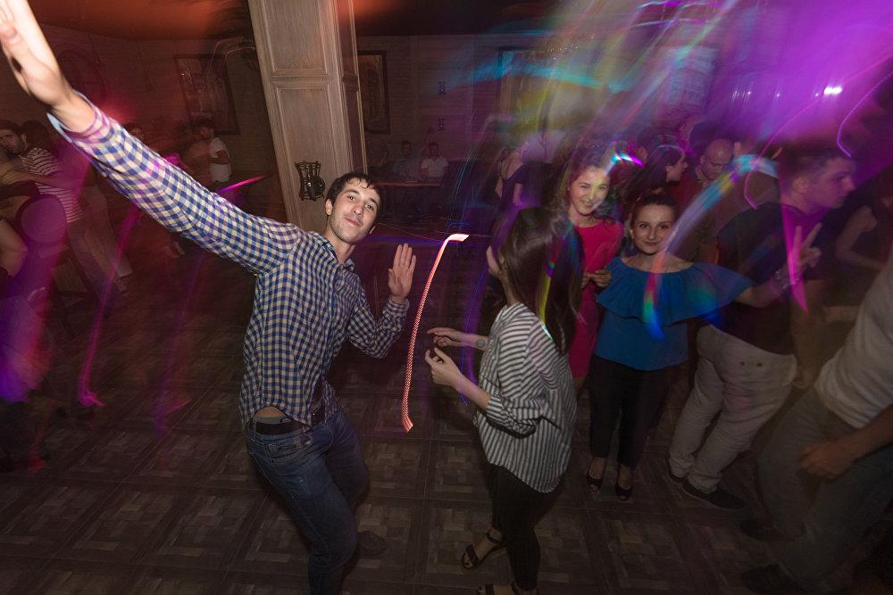 Через пару дней любители потанцевать зажигали уже под музыку ди-джеев из Москвы.