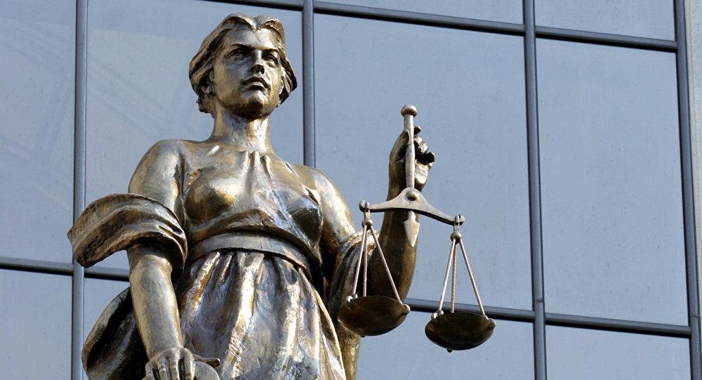 Скульптура у здания Верховного суда РФ