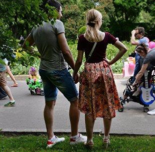 Парад колясок в Парке Горького в Москве