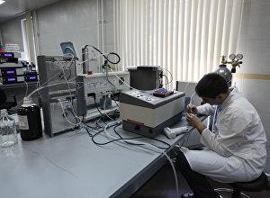 Сотрудник лаборатории во время работы в антидопинговом центре