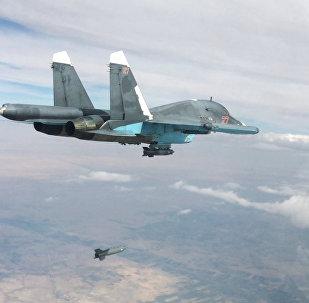 Истребитель-бомбардировщик Су-34 во время нанесения авиаударов в провинциях Ракка и Алеппо.