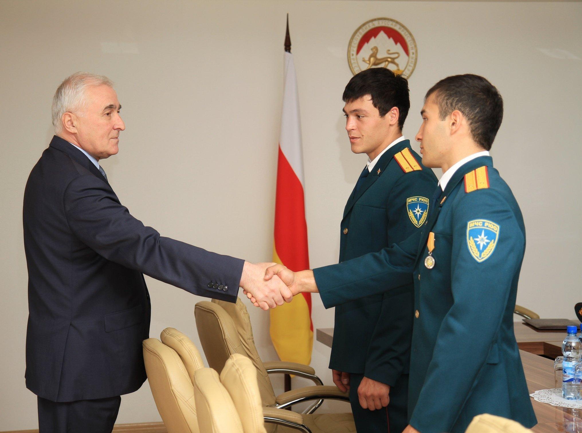 Президент Тибилов встретился с выпускниками вузов МЧС РФ